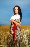 Νέα γυναίκα με το διακοσμητικό φόρεμα και την άσπρη γούνα Στοκ Φωτογραφία