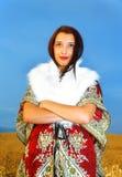 Νέα γυναίκα με το διακοσμητικό φόρεμα και την άσπρη γούνα Στοκ φωτογραφία με δικαίωμα ελεύθερης χρήσης