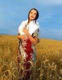Νέα γυναίκα με το διακοσμητικό φόρεμα και την άσπρη γούνα Στοκ Φωτογραφίες
