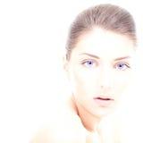 Νέα γυναίκα με το καθαρά πρόσωπο και τα μπλε μάτια Στοκ φωτογραφία με δικαίωμα ελεύθερης χρήσης