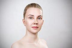 Νέα γυναίκα με το καθαρό δέρμα χωρίς σύνθεση Στοκ εικόνες με δικαίωμα ελεύθερης χρήσης