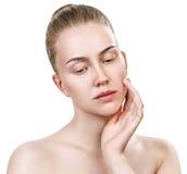 Νέα γυναίκα με το καθαρό δέρμα χωρίς σύνθεση Στοκ Φωτογραφία
