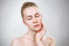 Νέα γυναίκα με το καθαρό δέρμα χωρίς σύνθεση Στοκ Εικόνες