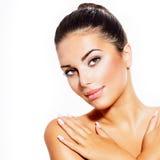 Νέα γυναίκα με το καθαρό φρέσκο δέρμα Στοκ εικόνες με δικαίωμα ελεύθερης χρήσης