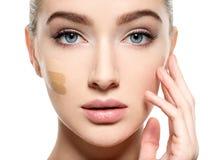 Νέα γυναίκα με το καλλυντικό ίδρυμα στο δέρμα στοκ εικόνες με δικαίωμα ελεύθερης χρήσης
