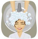 Νέα γυναίκα με το κεφάλι πλύσης κομμωτών στο κομμωτήριο διανυσματική απεικόνιση