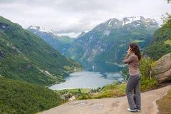 Νέα γυναίκα με το κινητό τηλέφωνο Στοκ εικόνα με δικαίωμα ελεύθερης χρήσης