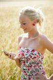 Νέα γυναίκα με το κινητό τηλέφωνο Στοκ φωτογραφία με δικαίωμα ελεύθερης χρήσης