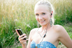Νέα γυναίκα με το κινητό τηλέφωνο Στοκ φωτογραφίες με δικαίωμα ελεύθερης χρήσης