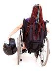 Νέα γυναίκα με το κράνος μοτοσικλετών στην αναπηρική καρέκλα Στοκ Εικόνα
