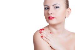 Νέα γυναίκα με το κόκκινο μανικιούρ και το κόκκινο κραγιόν Στοκ Φωτογραφίες