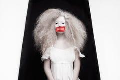 Νέα γυναίκα με το κώλυμα στο στόμα Στοκ Φωτογραφίες