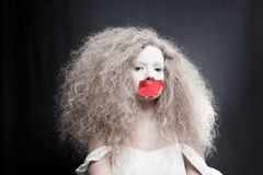 Νέα γυναίκα με το κώλυμα στο στόμα Στοκ Εικόνα