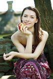 Νέα γυναίκα με το μήλο Στοκ Φωτογραφία