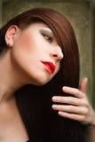 Νέα γυναίκα με το μακρύ κόκκινο τρίχωμα Στοκ εικόνες με δικαίωμα ελεύθερης χρήσης