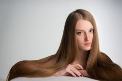 Νέα γυναίκα με το μακρύ όμορφο τρίχωμα στοκ εικόνες