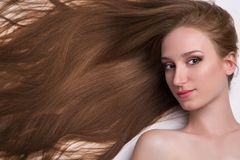 Νέα γυναίκα με το μακρύ όμορφο τρίχωμα στοκ εικόνες με δικαίωμα ελεύθερης χρήσης