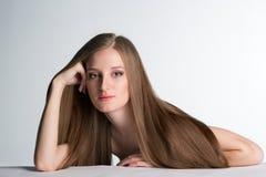 Νέα γυναίκα με το μακρύ όμορφο τρίχωμα στοκ φωτογραφίες με δικαίωμα ελεύθερης χρήσης