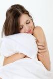Νέα γυναίκα με το μαξιλάρι Στοκ Εικόνες