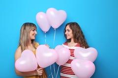 Νέα γυναίκα με το μπαλόνι καρδιών Στοκ εικόνες με δικαίωμα ελεύθερης χρήσης