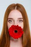Νέα γυναίκα με το λουλούδι στοκ φωτογραφίες