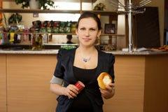 Νέα γυναίκα με το παραδοσιακά ρωσικά κέικ και το λουκάνικο Στοκ φωτογραφία με δικαίωμα ελεύθερης χρήσης