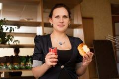 Νέα γυναίκα με το παραδοσιακά ρωσικά κέικ και το λουκάνικο Στοκ Φωτογραφίες
