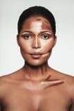 Νέα γυναίκα με το περίγραμμα και το κυριώτερο σημείο makeup στο πρόσωπο στοκ φωτογραφία με δικαίωμα ελεύθερης χρήσης