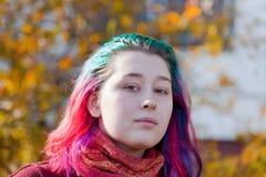 Νέα γυναίκα με το πολύχρωμο τρίχωμα ραβδώσεων Στοκ Φωτογραφία
