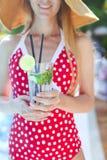 Νέα γυναίκα με το ποτήρι της λεμονάδας Στοκ Εικόνα