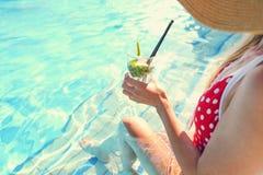 Νέα γυναίκα με το ποτήρι της λεμονάδας Στοκ Εικόνες