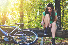 Νέα γυναίκα με το ποδήλατο Στοκ Φωτογραφίες