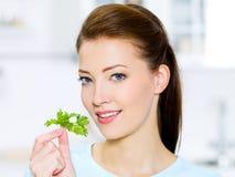 Νέα γυναίκα με το πράσινο μάραθο στοκ φωτογραφίες με δικαίωμα ελεύθερης χρήσης