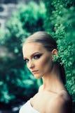 Νέα γυναίκα με το πρόσωπο makeup στο φυσικό τοπίο στοκ φωτογραφία με δικαίωμα ελεύθερης χρήσης