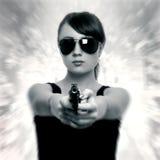 Νέα γυναίκα με το πυροβόλο όπλο Στοκ φωτογραφίες με δικαίωμα ελεύθερης χρήσης