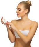 Νέα γυναίκα με το σαπούνι στοκ φωτογραφία με δικαίωμα ελεύθερης χρήσης
