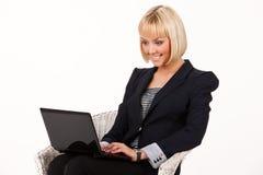 Νέα γυναίκα με το σημειωματάριο Στοκ εικόνες με δικαίωμα ελεύθερης χρήσης