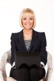 Νέα γυναίκα με το σημειωματάριο Στοκ φωτογραφία με δικαίωμα ελεύθερης χρήσης
