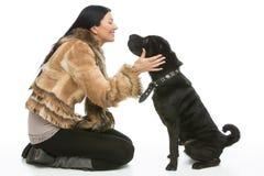 Νέα γυναίκα με το σκυλί στοκ φωτογραφία με δικαίωμα ελεύθερης χρήσης