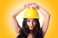 Νέα γυναίκα με το σκληρό καπέλο hellow Στοκ Εικόνες