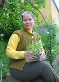 Νέα γυναίκα με το σπορόφυτο στα χέρια Στοκ εικόνες με δικαίωμα ελεύθερης χρήσης