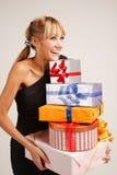 Νέα γυναίκα με το σωρό των δώρων στοκ φωτογραφία με δικαίωμα ελεύθερης χρήσης