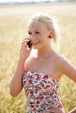 Νέα γυναίκα με το τηλέφωνο κυττάρων Στοκ φωτογραφία με δικαίωμα ελεύθερης χρήσης