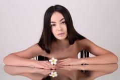 Νέα γυναίκα με το υγιές καμμένος δέρμα ομορφιά φυσική Στοκ φωτογραφία με δικαίωμα ελεύθερης χρήσης