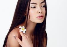 Νέα γυναίκα με το υγιές καμμένος δέρμα ομορφιά φυσική Στοκ εικόνες με δικαίωμα ελεύθερης χρήσης