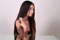 Νέα γυναίκα με το υγιές καμμένος δέρμα ομορφιά φυσική Στοκ Φωτογραφία