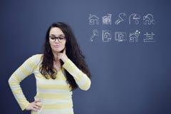 Νέα γυναίκα με το υπόβαθρο με το συρμένο επιχειρησιακά διάγραμμα, το βέλος και τα εικονίδια Στοκ εικόνα με δικαίωμα ελεύθερης χρήσης