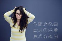 Νέα γυναίκα με το υπόβαθρο με το συρμένο επιχειρησιακά διάγραμμα, το βέλος και τα εικονίδια Στοκ Εικόνα