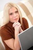Νέα γυναίκα με το φορητό προσωπικό υπολογιστή στοκ φωτογραφίες