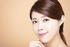 Νέα γυναίκα με το φυσικό makeup και το καθαρό δέρμα στοκ εικόνες